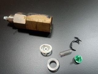 Reataining valve